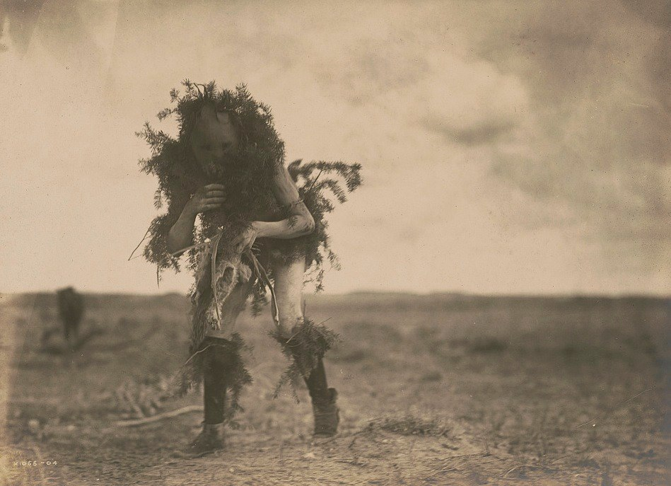 Edward S. Curtis. Tó Neinilii (Rain God), Yebichai ceremonial dancer, Navajo, 1904.
