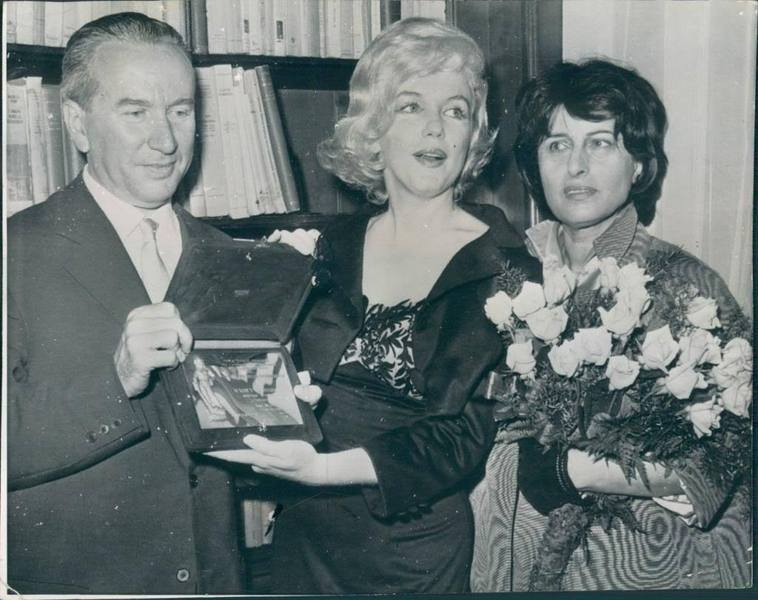 "New York, 13th May 1958, for being the Best Foreign Actress of 1958 for ""The Prince and the Showgirl"", Marliyn Monroe receives Italy's highest film honor, the David di Donatello award from the head of the Italian Cultural Institute, Dr. Filippo Donini, as Anna Magnani looks on."